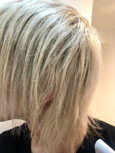 アイロン後の金髪の髪